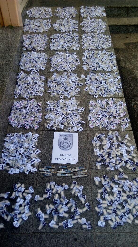 Policiais militares encontraram 1.575 pinos de cocaína e 12 tabletes de maconha com jovem em ônibus que vinha do Rio (Foto: Cedida pela Polícia Militar)
