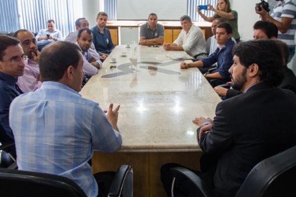 Prefeitos de toda a região se reuniram em Volta Redonda para discutir medidas de combate à crise (foto: Gabriel Borges)