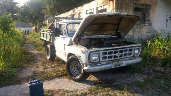Flagrante: Veículo apreendido estava com a documentação atrasada desde 2008; homem fugiu durante ação da GM (Foto: Divulgação)