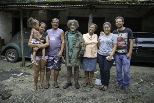 Reencontro: Zé Ferreira (ao centro) com o casal de comerciantes que o acolheu e a família de Guarulhos-SP (Foto: Divulgação PMP/Alexandre Teixeira)