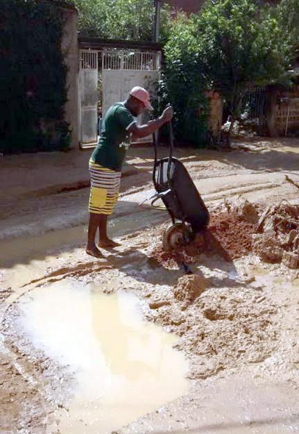 Dia seguinte: Nesta sexta-feira foi dia de limpeza no bairro Entanha - próximo ao Goiabal - após deslizamento de terra (Foto: Divulgação)