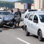 No Centro: Engavetamento no Viaduto Heitor Leite Franco envolveu três veículos e ocorreu após acidente (Foto: Paulo Dimas)
