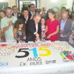 Festa: Fernando Jordão cortou o bolo ao lado da primeira dama, Célia Jordão, e das filhas (Foto: Divulgação PMAR/Wagner Gusmão)