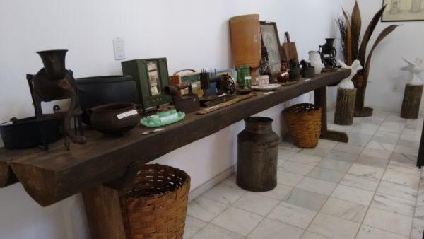 Acervo: No centro tem cerca de cem peças entre relógios, rádios, moedor de café, panelas, ferros a carvão e máquina de costura (Foto: Divulgação)