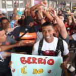 Berrío fez a festa com os torcedores que foram recepciona-lo no aeroporto