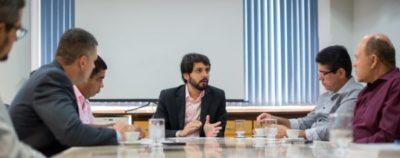 O prefeito de Volta Redonda, Samuca Silva, recebendo o presidente da Apae-VR, Mario Vítor Netto e vereadores