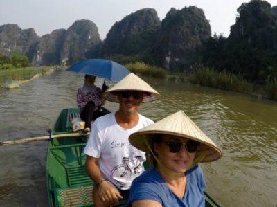 Os empresários Maurício Pereira e Cláudia Damaso, em seu passeio no Vietnã