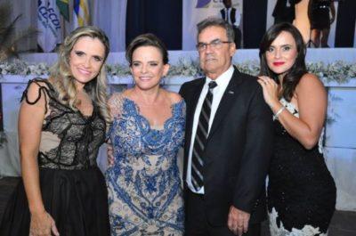 As empresárias Liliane Ávila e Maria Auxiliadora, mãe e filha aniversariantes do dia, com Marcelino Ávila e Vanessa Eduardo Barbosa