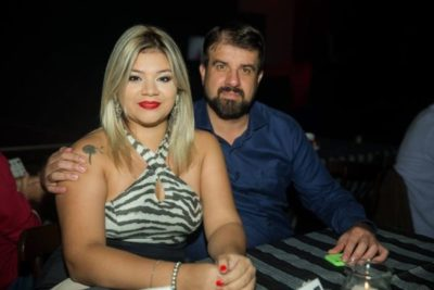 Carlos Meneses e sua amada, Jennifer Lima, na área VIP do Dancing Days