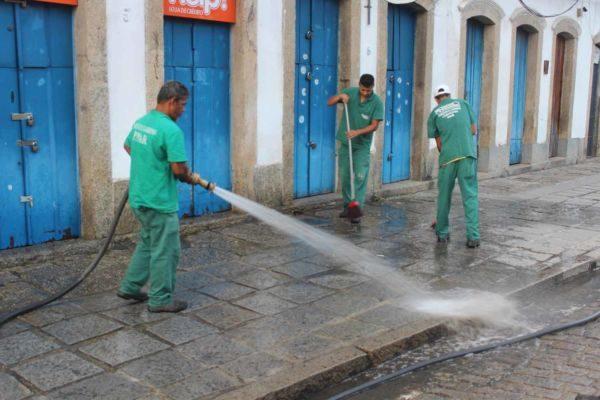Limpeza: Equipe da prefeitura lava ruas do Centro de Angra dos Reis