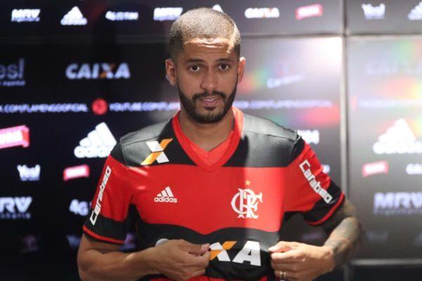 Rômulo chega para disputar vaga em um meio-campo concorrido montado pelo Flamengo