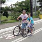 Pais aproveitaram o dia ensolarado para andar de bicicleta na Radial Leste (foto: Julio Amaral)