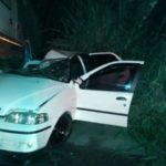 Valença: Carro em que estava as vítimas bateu em um caminhão guincho que transportava uma ambulância (Foto: Cedida pela PM)