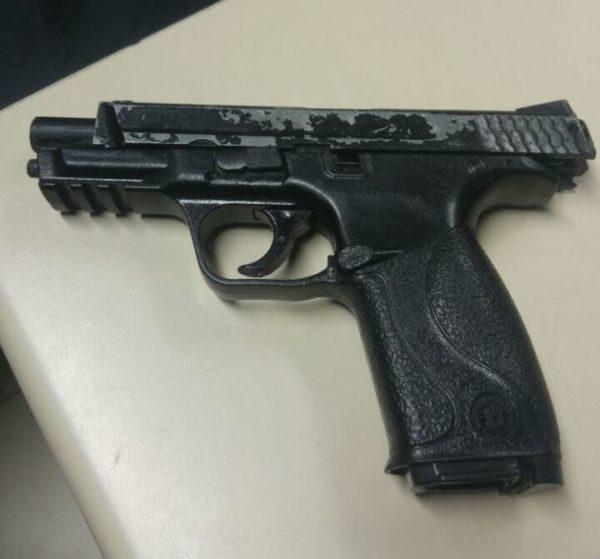 Denúncia: Na casa de um dos suspeitos os PMS apreenderam uma réplica de pistola (Foto: Cedida pela PM)