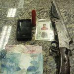 Polícia apreendeu parte do dinheiro levado em roubo, arma e documentos (foto: Cedida pela PM)