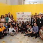 Manifestação: Funcionários do CCBB Rio posam ao lado de frase contra a homofobia após denúncia de casal de mulheres (Foto: Divulgação/CCBB Rio)
