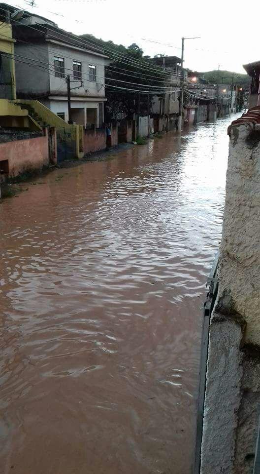 Barra Mansa: Rua Florianópolis tomada por água após chuva na tarde desta quinta-feira (Foto: Enviada via Facebook)