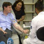 No Hemorio: Em sua primeira agenda pública, o prefeito convocou familiares e secretários a doar sangue (Foto: Tânia Rêgo/Agência Brasil)