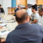 Representantes das empresas de ônibus e o  prefeito Samuca Silva determinam a criação de um grupo de trabalho para discutir projeto (foto: Gabriel Borges - PMVR)