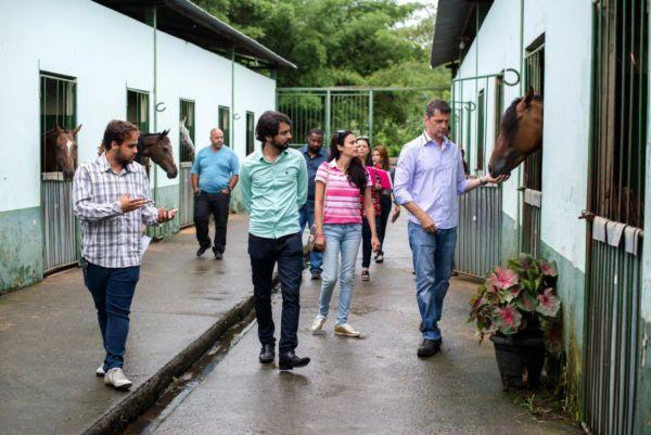 De perto: Samuca e o secretário de Meio Ambiente viram os animais da prefeitura e conheceram as condições sanitárias das baias (Foto: Divulgação PMVR/Gabriel Borges)
