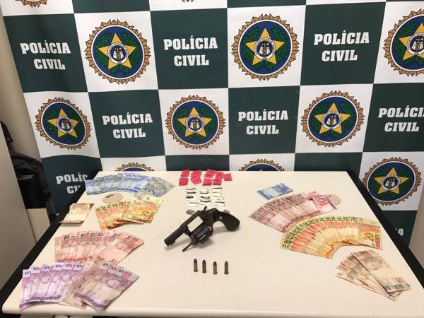 Com o menor, foram apreendidas drogas, arma e dinheiro (foto: Cedida pela Polícia Civil)