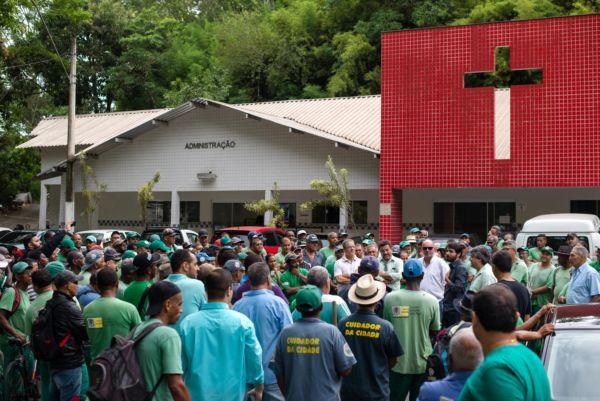 Samuca agradece empenho de servidores durante limpeza do cemitério do Retiro (foto: Gabriel Borges - PMVR)