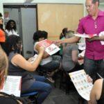 Informação: Funcionários receberam material com dicas para combater o mosquito Aedes aegypti (Foto: Divulgação PMVR/Geraldo Gonçalves)