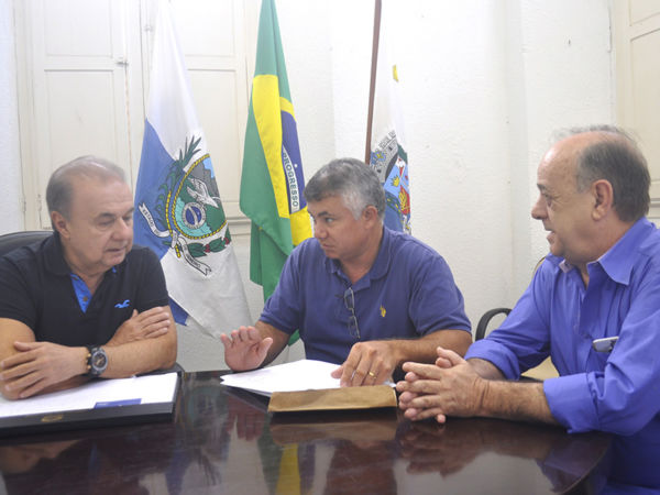 O secretário de Desenvolvimento Econômico, João Carlos Rabello, e o superintendente Federal de Agricultura, Essiomar Gomes, em reunião com Fernando Jordão (foto: Wagner Gusmão)
