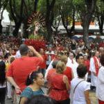 Fé em vermelho: Fiéis acompanharam a imagem de São Sebastião em procissão pelas ruas centrais de Barra Mansa (Foto: Paulo Dimas)