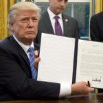 Trump mostra decreto assinado por ele retirando EUA de acordo comercial