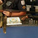 Posse ilegal: Armas e munições foram apreendidas na casa do suspeito, no bairro Passagem, em Valença (Foto: Cedida pela Polícia Militar)