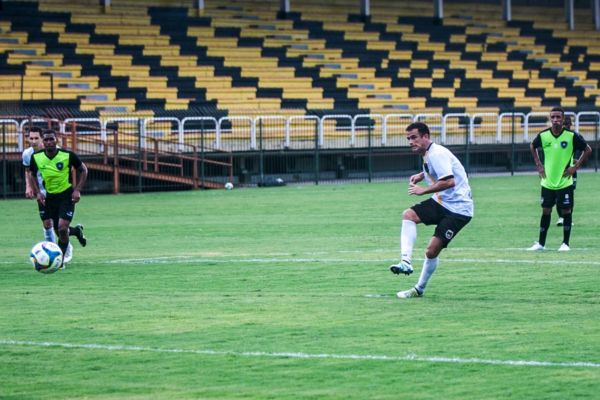 Pipico abriu o placar batendo pênalti (Foto: Wallace Feitosa)