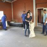 No Getúlio Vargas: Equipe da Secretaria de Assistência Social arregaçou as mangas e realizou a limpeza do espaço que dará lugar ao Cras (Foto: Divulgação PMBM/Paulo Dimas)