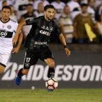 Rodrigo Pimpão foge da marcação paraguaia (Foto: Vitor Silva / SS Press / Botafogo)