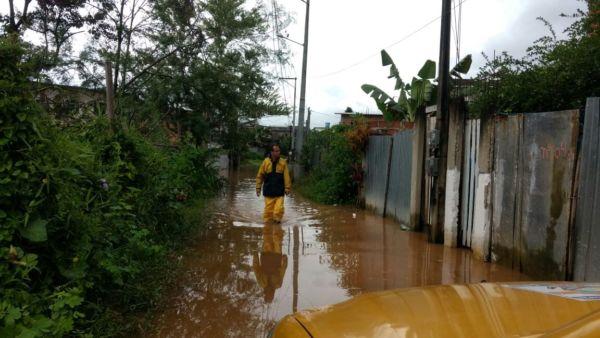Parque Mambucaba: Ruas foram invadidas pela água; fenômeno é pelas fortes chuvas na cabeceira do rio, em São Paulo (Foto: Divulgação PMAR)