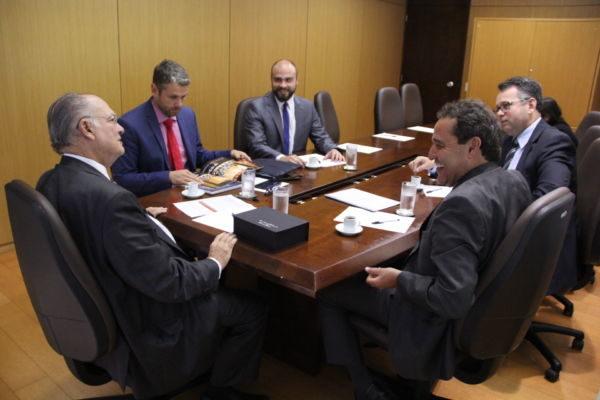 Reunião: Rodrigo e Deley conversam com o ministro Roberto Freire
