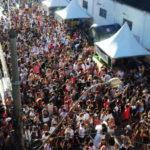 Avenida Amaral Peixoto é invadida por foliões durante desfile do bloco Tô no Brilho (foto: Paulo Dimas)