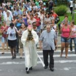 Pela fé: Bispo seguiu junto com padres e fiéis peregrinos com a imagem até Itatiaia (Foto: Vinicius Valim/Divulgação Diocese Barra do Piraí-Volta Redonda)