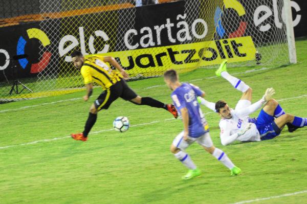 Tropeçou: David Batista se enrosca em lance que quase terminou com um gol do Volta Redonda (Foto: Paulo Dimas)