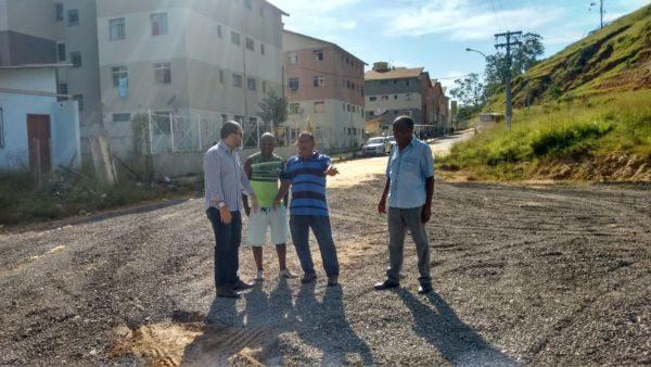 No local: Vair Duré e Maycon Abrantes verificam local onde ônibus para em condomínio 'Minha Casa, Minha Vida' (Foto: Asessoria vair Duré)