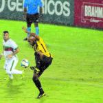 Diego Souza domina a bola num gramado molhado pela chuva que atingiu Volta Redonda na noite desta quinta-feira (Foto: Paulo Dimas)