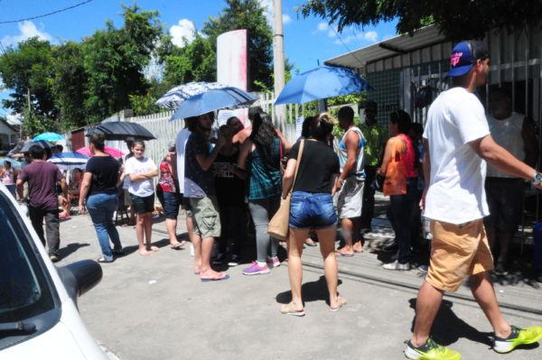 Grande procura: Pessoas chegaram cedo para conseguirem serem vacinadas nesta terça-feira em Volta Redonda (Foto: Franciele Bueno)