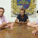 Reunião: Neto e Deley conversam com Dudu (no centro)  (Foto: PMI)