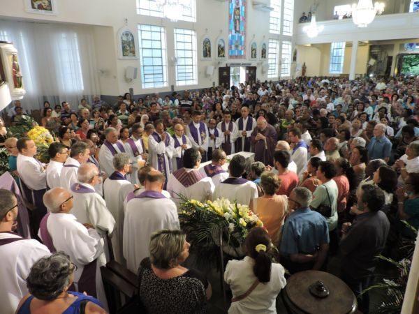 Missa de Corpo Presente foi presidida pelo bispo diocesano, dom Francisco Biasin, que destacou a atuação de padre Paulo Quiquita (Foto: Divulgação)