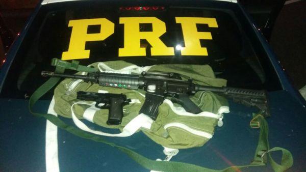 : Armas foram apreendidas na praça de pedágio em Itatiaia (foto: Cedida pela PRF)