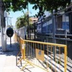 Desocupado: Familiares de PMs deixam a porta do Batalhão de Volta Redonda (foto: Julio Amaral)