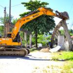 Remoção: Retroescavadeira foi usada na demolição dos imóveis que foram desapropriados para alargamento da Avenida Ayrton Senna (Foto: Divulgação PMAR/Wagner Gusmão)