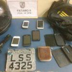 Material foi  abandonado por dois suspeitos de assaltos após perseguição dos agentes, no bairro Piteiras, em Barra Mansa (Foto: Cedida pela PM)