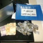 Drogas que estavam com jovem foram levadas para a Delegacia de Resende (foto: Cedida pela PM)