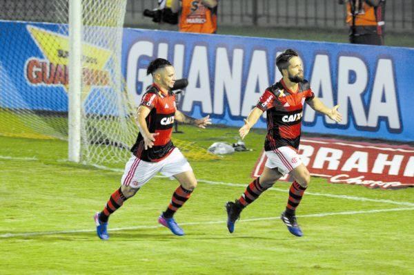 Diego parte para comemorar o primeiro gol do Flamengo no Raulino (Foto: Paulo Dimas)